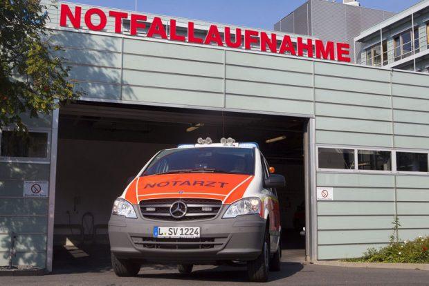 Notarztwagen vor der Zentralen Notfallaufnahme des Uniklinikums Leipzig. Foto: Stefan Straube / UKL