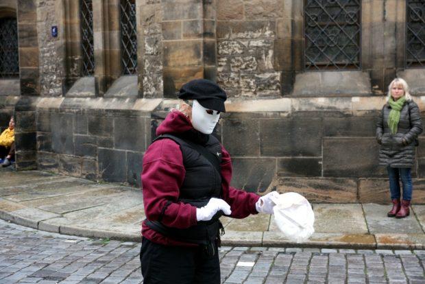 Auch stumm in der Darstellung. Ein(e) Pantomime vor der Nikolaikirche. Foto: L-IZ.de
