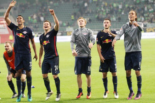 Nach dem Sieg in Wolfsburg, aber auch generell: gute Laune bei den Spielern von RB Leipzig. Foto: GEPA Pictures