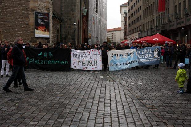 """Ein """"Sicherheitsbereich"""" ganz ohne Polizei vor der Nikolaikirche durch """"Leipzig nimmt Platz"""" und Freunden. Foto: L-IZ.de"""