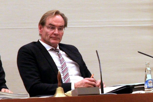 Sichtlich sauer nach der Abstimmung zur Schwimmhalle Runki-Plaatz. OBM Burkhard Jung. Foto: L-IZ.de