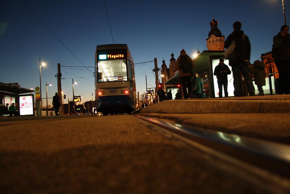 Straßenbahn in der Haltestelle Wilhelm-Leuschner-Platz. Foto: Ralf Julke