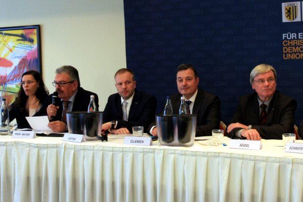 Leiteten maßgeblich die Veranstaltung: Kurt-Ulrich Mayer (Ex-SLM-Chef, l. Mikro) und Robert Clemen (zweiter von rechts, Kreischef der CDU Leipzig). Foto:L-IZ.de