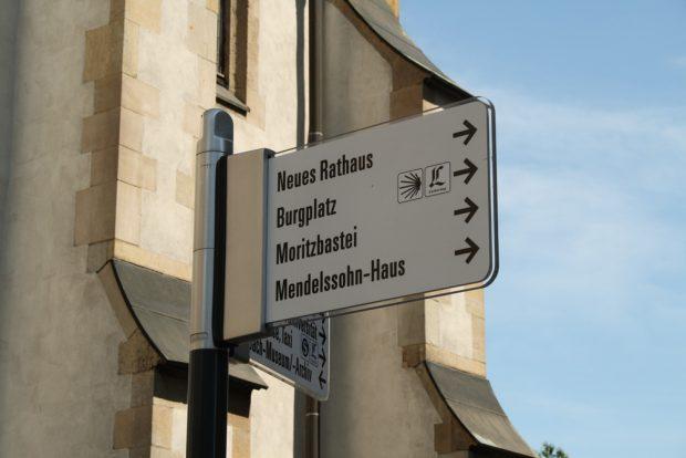 Einer von vielen Innenstadt-Wegweisern - hier an der Thomaskirche. Foto: Ralf Julke