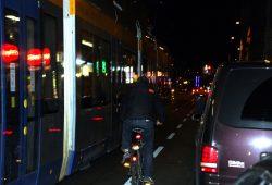 Wenn sich nun eine Pkw-Tür öffnet ... Straßenbahn, Radfahrer und parkende Autos. Auf der Jahnallee nach einem Fußballspiel. Foto: L-IZ.de