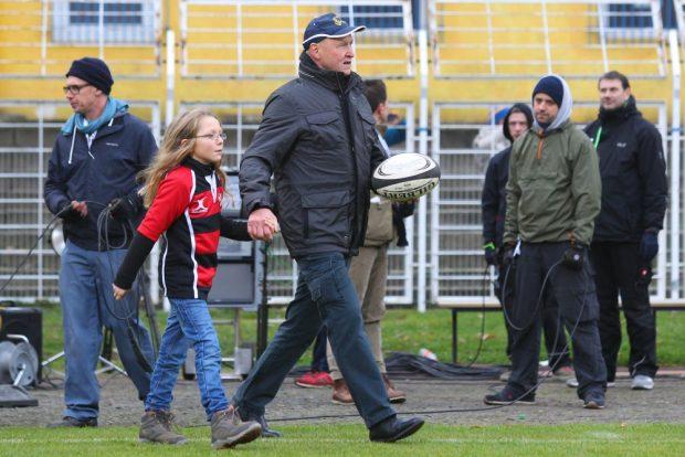 Gerhard Schubert, mit 41 Einsätzen DDR-Rekordnationalspieler - trägt den Spielball ins Stadion. Foto: Jan Kaefer
