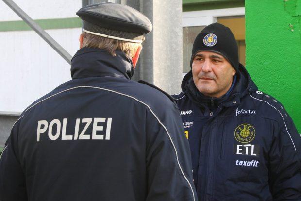 Vor Ort verlief alles ruhig. René Gruschka (Lok) im Dialog mit Polizei-Chef Bernd Merbitz. Foto: L-IZ.de