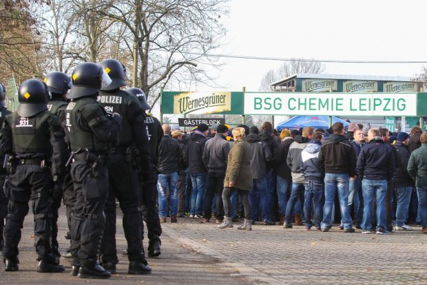 Schlangestehen vor dem Gästeblock des Alfred-Kunze-Sportparks. Foto: Jan Kaefer
