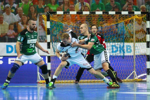 Maximilian Janke (#13, DHfK) zupft entschlossen an Magnus Gullerud (#21, Minden). Foto: Jan Kaefer