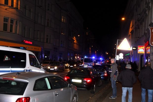 Au8ch die Polizei mischt noch kräftig mit. Einsatzkräfte beim Abrücken durch die Jahnallee. Foto: L-IZ.de