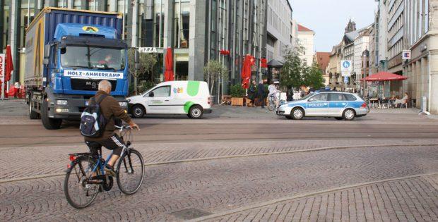 Radfahrer an der Kreuzung Grimmaische Straße / Goethestraße. Foto: Ralf Julke