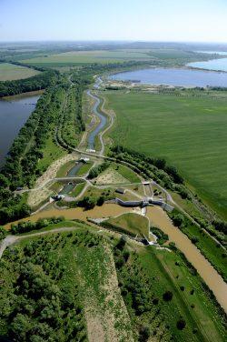 Die braune Pleiße (unten) am Stausee Rötha (linnks). Oben der Kahnsdorfer See und darüber der Hainer See. In der Bildmitte die Kleine Pleiße. Foto: LMBV