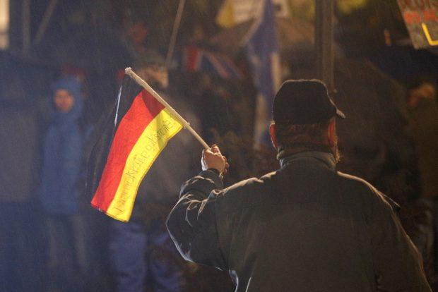 """Ich trage eine Fahne. Legida mit neuen, alten """"Winkelementen"""" wie zu DDR-Zeiten"""