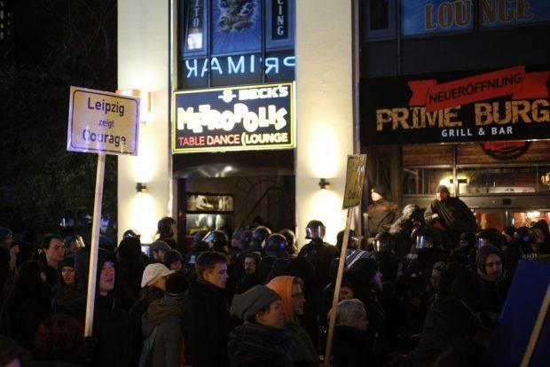 Hinten die Hooligans, vorn der Demozug von Leipzig nimmt Platz