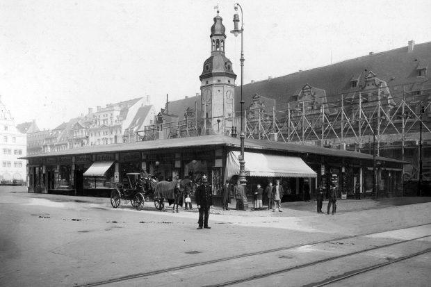 Droschke und Straßenbahn auf einem Bild vor dem Rathaus auf dem Markt von Leipzig vereint. (1914) 1886 begannen die ersten Erschließungen dazu auch auf der Eisnebahnstraße. Foto: Stadtarchiv Leipzig