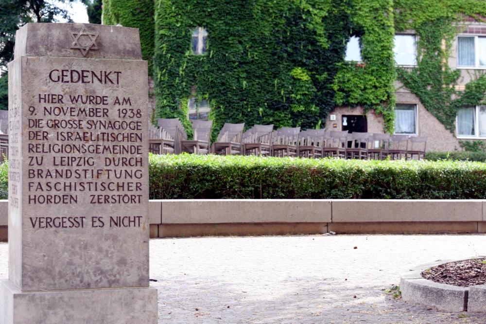 Wo heute der Gedenkstein an der Gottschedstraße steht, brannte 1938 Leipzigs größte Synagoge. Foto: L-IZ.de