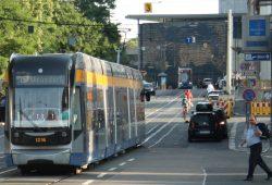Normalzustand in der Goethestraße: Straßenbahn, Radfahrer, Falschparker. Foto: Ralf Julke