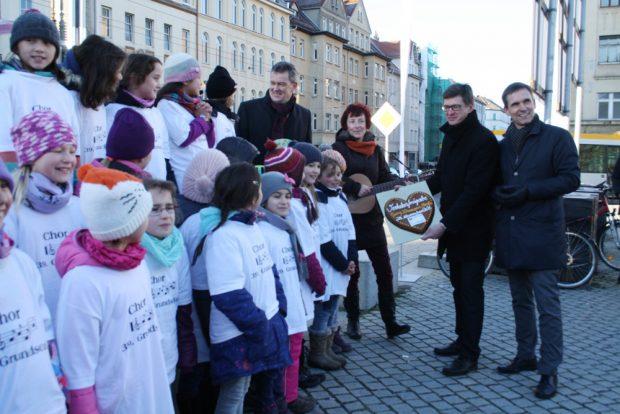 Michael Jana, Leiter des VTA, hält das große Eröffnung-Herz für die Straße in der Hand. Foto: Ralf Julke