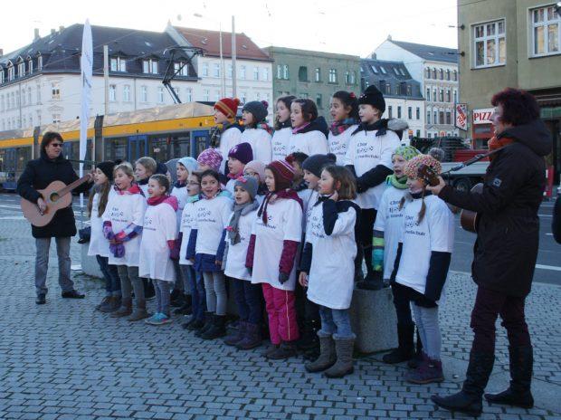 Die Kinder der 39. Grundschule aus Möckern gaben das Eröffnungsständchen. Foto: Ralf Julke