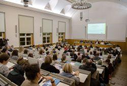 Mehr als 200 Experten kamen zum Kongress Soziale Arbeit an die HTWK Leipzig. Im Bild: Gut gefüllter Saal zum Symposium am Freitagabend. Foto: Robert Weinhold/HTWK Leipzig