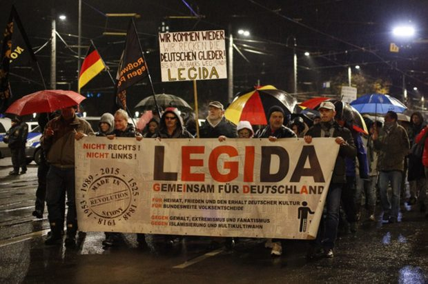 Echauffierte Bürger im Leipziger Regen. Foto: L-IZ