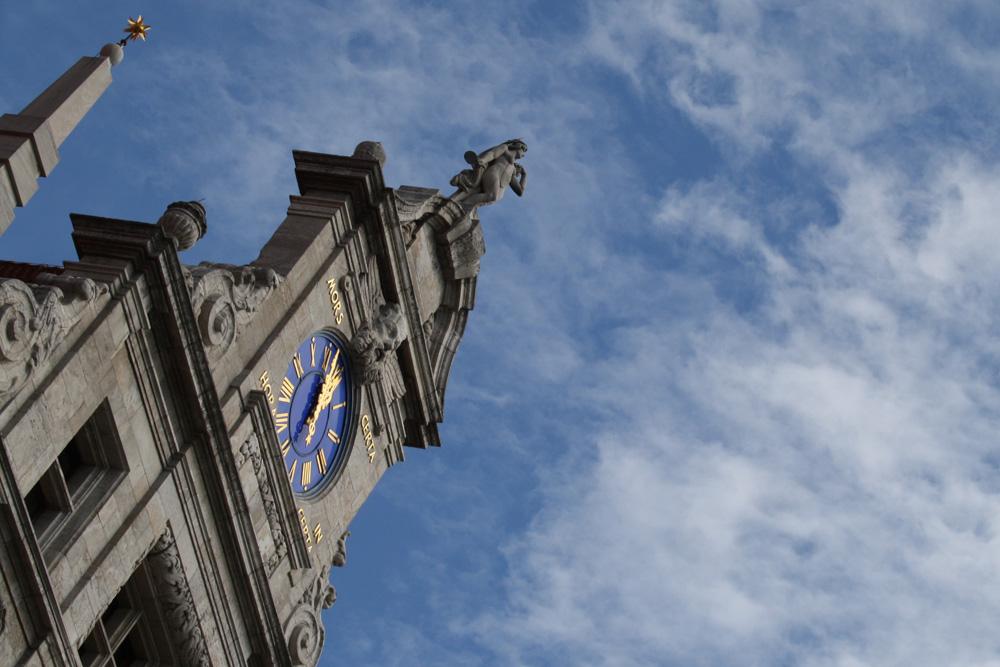 Auch die Rathausuhr springt am Wochenende eine Stunde vor. Foto: Ralf Julke