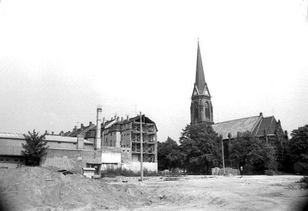 Parallel ein klener Einblick ind en Hauszustand (links) rings um die Lukaskirche 1988. Foto: mit frdl. Genehmigung Bürgerverein Volkmarsdorf / Foto: Dieter Müller