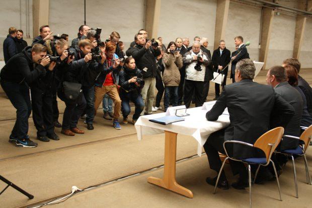 Vertragsunterzeichnung zwischen LVB und Solaris 2015. Foto: Ralf Julke