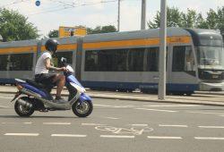 Straßenbahn und Motorroller am Wilhelm-Leuschner-Platz. Foto: Ralf Julke