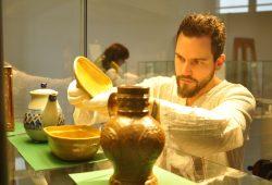Museologie-Student Dominik Blank bei einer Präsentations-Übung. Für den neuen Masterstudiengang kann man sich ab 1. Dezember 2016 bewerben. Foto: Caroline Schmunck/HTWK
