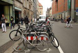 Für Radabstellanlagen in der Innenstadt mussten einige Autostellplätze dran glauben. Foto: Ralf Julke