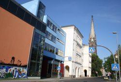 Turm der Peterskirche und Evangelisches Schulzentrum. Foto: Ralf Julke