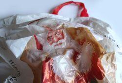 Merry Christmas - geht auch ohne Plastiktüte. Foto: Ralf Julke