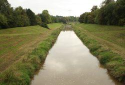 Kanalisiert und verockert: Pleiße bei Markkleeberg. Foto: Ralf Julke