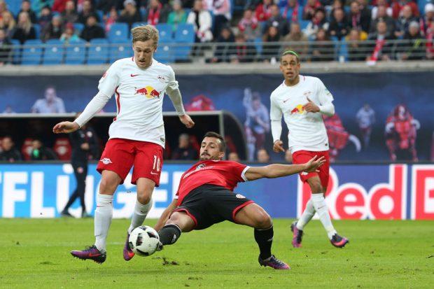 Emil Forsberg im Zweikampf. Foto: GEPA pictures/Roger Petzsche