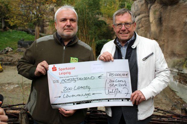Michael Weichert überreicht die Spende an Zoodirektor Prof. Jörg Junhold. Foto: Zoo Leipzig