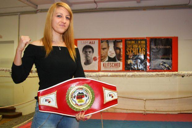 Boxerin Sandra Atanassow vom Boxring Atlas Leipzig mit ihrem ersten Profi-Gürtel, gewonnen bei der Internationalen Deutschen Meisterschaft (29.10.2016) in Dettenheim-Rußheim. Foto: Jan Kaefer