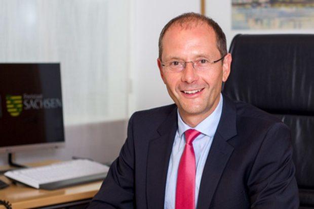 Innenminister Markus Ulbig und das ihm unterstellte Landesamt für Verfassungsschutz gingen Anfang Februar von einem linksextremen Tathintergrund aus. Foto: SMI