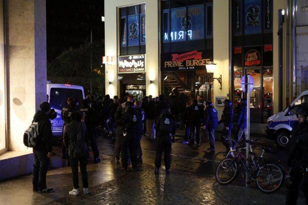 """Waren offenbar nicht zufällig vor Ort. Hooligans vor dem Metropolis, bevor """"Leipzig nimmt Platz"""" eintrifft"""