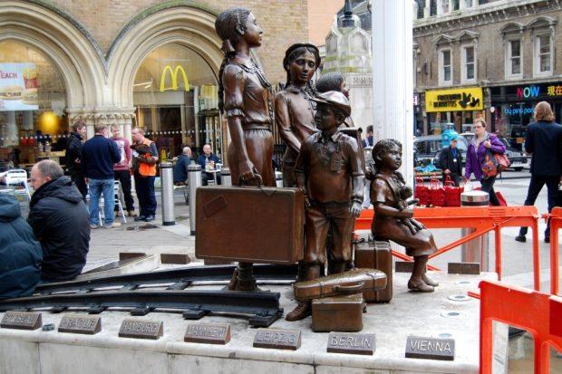 Zur NS-Zeit eine rettende Insel in Europa für jüdische Kinder auch aus Leipzig (3. Schild, unten) - Denkmal an der Liverpool Street in London. Foto: L-IZ.de