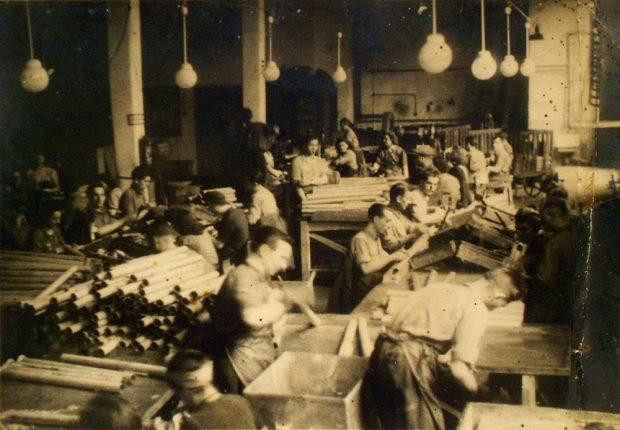 """Zwangsarbeiter_innen der HASAG bei der Fertigung der """"Panzerfaust"""", 1943/44. Foto: Gedenkstätte für Zwangsarbeit Leipzig / Maria Caroli"""