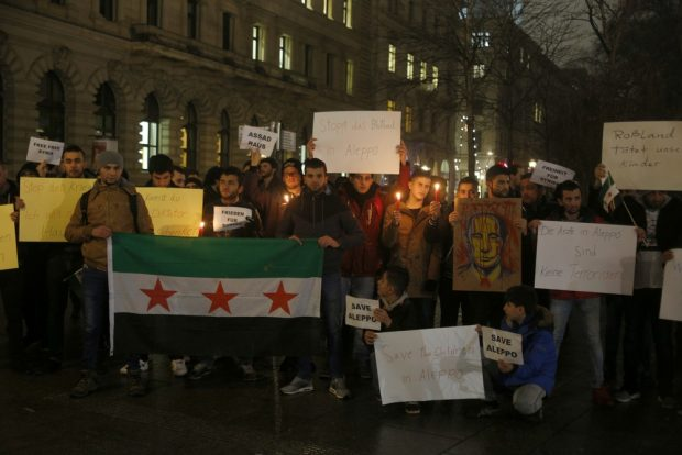 Demonstranten fordern das Kriegsende in Syrien. Foto: Alexander Böhm