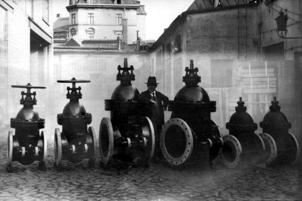 Die Industrialisierung ist in vollem Gange in Plagwitz. Man produziert Druckamaturen für den Bau des Suezkanals in der Firma Schumann & Koeppe, Leipzig-Plagwitz. Bild von 1890. Quelle: Wikipedia / gemeinfrei