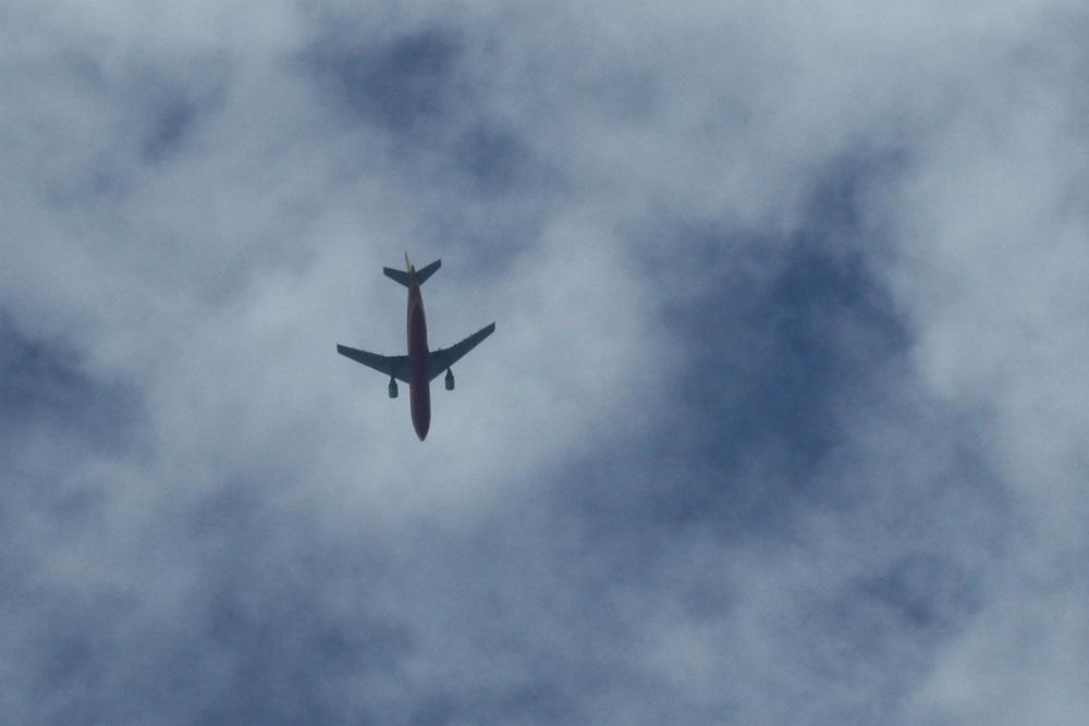 Frachtflieger beim Abkürzen über der Stadt. Foto: Ralf Julke