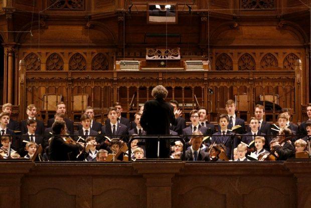 Gotthold Schwarz dirigiert den Thomanerchor und das Gewandhausorchester. Foto: Alexander Böhm