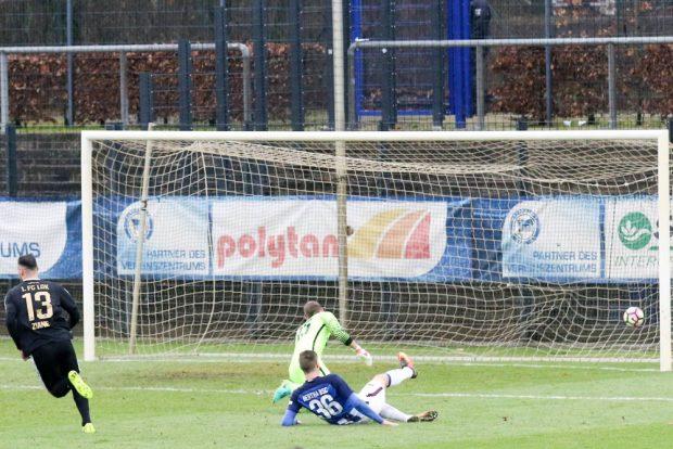 Noch vor der Pause erhöhte Djamal Ziane auf 2:0 für Leipzig. Foto: Bernd Scharfe