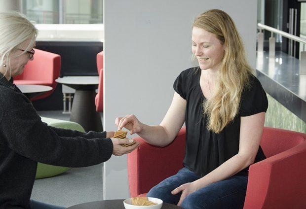 Möchtest du auch einen? Warum wir unsere Kekse wirklich teilen, kann verschiedene Gründe haben - Altruismus, gesellschaftliche Norm oder strategische Motive. Foto: Kerstin Flake/ MPI CBS