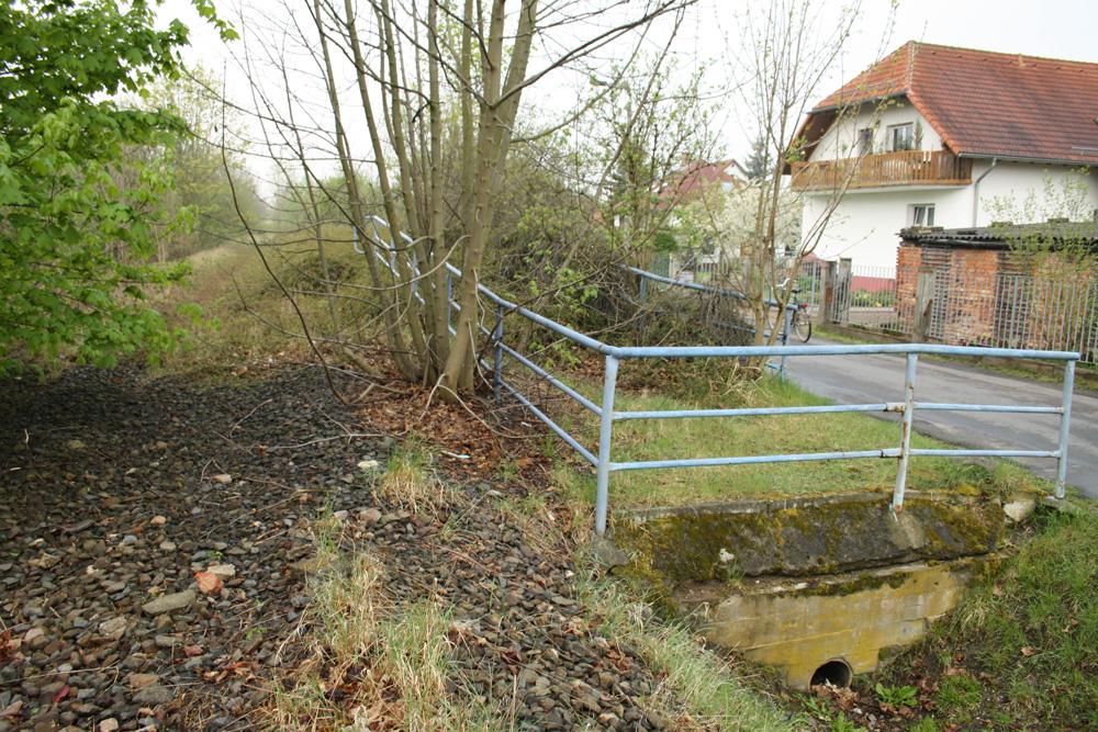 Alter Bahndamm mit Bahnsteig am Lausner Weg. Foto: Ralf Julke