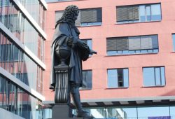 Leibniz-Denkmal im Innenhof des Leipziger Uni-Campus. Foto: Ralf Julke