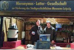 Vereinssprecher Eric Buchmann mit tatkräftiger Unterstützung von Vincent Michalowski in der Lotterbude vor der Alten Handelsbörse. Foto: Hieronymus-Lotter-Gesellschaft